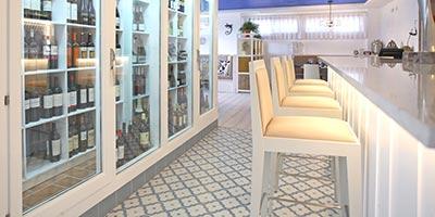 Original restaurante con pavimento porcelanico efecto cemento y gres porcelánico imitación hidráulico