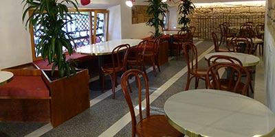 Restaurante con pavimento porcelánico de 60x60 aspecto terrazo