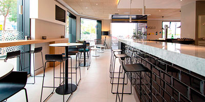 Bar counter with black metro tiles Mugat Negro by VIVES