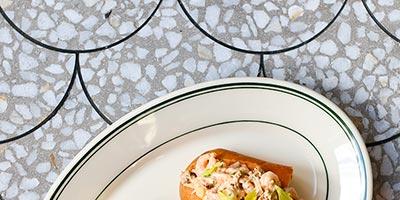 Restaurante en Canadá con gres porcelánico imitación terrazo