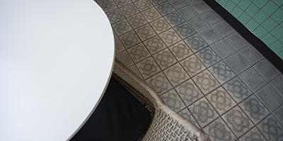 Baldosas cerámicas 20x20 efecto cemento para la reforma de la cafetería