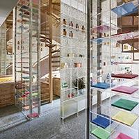 Proyecto de interiorismo de farmacia con pavimento porcelánico de gran formato