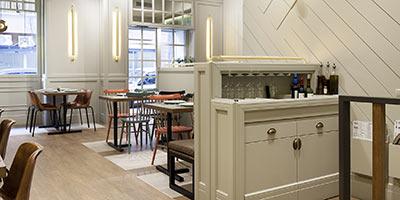 Baldosas cerámicas aspecto madera y aspecto cemento para el pavimento del restaurante